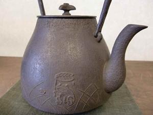 鉄瓶 丸富士型跳兎紋鉄瓶