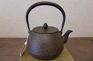 鉄瓶 松の実(1.0L)